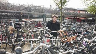 """Smart"" Bike Bell Helps Riders Find Their Bikes In Crowded Amsterdam Bike Parking Lots"
